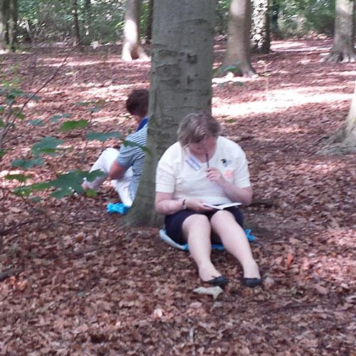 schrijfopdracht in bos